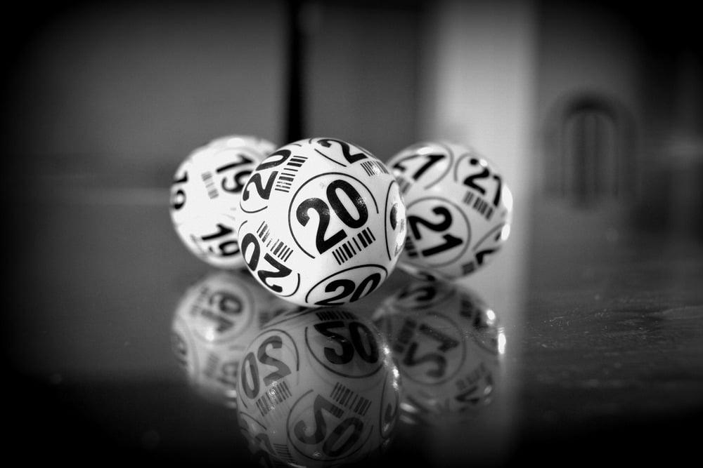 Osallistu keno arvontaan turvallisesti Keno on rahapeli, johon voi koukuttua helposti, sillä pelin voittopalkinnot ovat aika ajoin melko isoja, mikä houkuttelee pelaajia riskeeraamaan paljon rahaa. Kenon voittotodennäköisyys on kuitenkin erittäin pieni, joten siihen ei kannata turvautua ja on syytä suhtautua koko peliin realistisesti. Keno on luotu enimmäkseen viihteeksi, joten on tärkeää nähdä se vain viihteenä. Miten kenoa voi pelata turvallisesti ja vastuullisesti? Opi pelin dynamiikka Jotta ymmärrät realistisen voittomahdollisuutesi, on tärkeää, että tutustut ennen pelaamista pelin sääntöihin ja voittotodennäköisyyksiin. Näin opit olemaan realistisempi rahankäyttösi kanssa, etkä joudu menettämään valtavia summia rahaa. Keno perustuu pelkästään tuuriin, sillä kenokone arpoo numeroituja palloja satunnaisesti. Pelin tarkoitus ei ole siis tienata rahaa, vaan keno on kokonaisuudessaan viihteeseen perustuva peli. Jos haluat tutustua kenoon rahapelinä, voit vierailla kenonumerot.fi-sivustolla, joka tarjoaa sinulle laajan infopaketin. On myös olennaista ymmärtää, että aloittelijana kenoon ei kannata vielä sijoittaa rahaa, vaan peliä kannattaa harjoitella ensin ilmaiseksi. Tällöin ymmärrät pelin dynamiikan käytännössä, etkä päädy tekemään turhia virheitä. Jos päätät sijoittaa rahaa kenon pelaamiseen, aloita pikkuhiljaa pienillä panoksilla. Ei kannata muutenkaan sijoittaa isoja panoksia peliin, joka perustuu tuuriin. Monet kuitenkin päätyvät sijoittamaan paljon rahaa 10-kenoon, kun arvonnassa on valtavia summia ja menettävät sen seurauksena rahaa. Vastuullinen rahankäyttö On tärkeää, että kenoarvontaan osallistuessaan on tietoinen siitä, miten paljon peliin on varaa käyttää rahaa. Voit esimerkiksi luoda erillisen pankkitilin vain kenoarvontaa varten, jolloin olet varma siitä, että et päädy kuluttamaan yli rajojesi. Rahankulutus voi helposti karata käsistä, jos ei muutenkaan budjetoi normaalia kulutustaan ja päätyy kuluttamaan rahapeleihin rahaa, joka olisi alun perin ollu